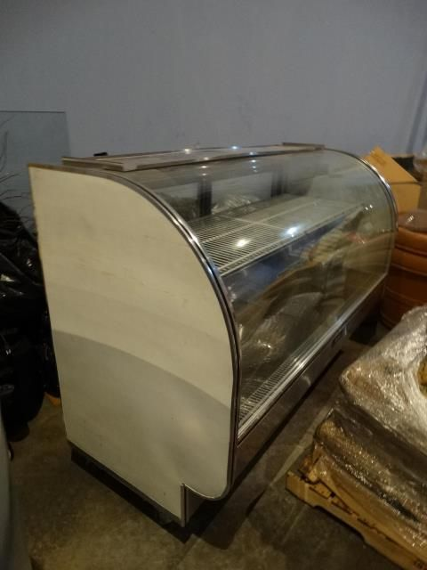 Leader CVK77 Refrigerated Curved Glass Bakery Case